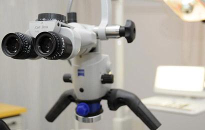 Das Mikroskop steigert die Qualität bei der Wurzelbehanndlung.