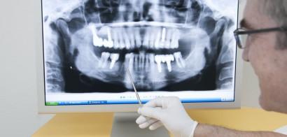 Dr. Weissenberger mit digitalem Röntgenbild